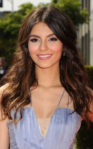 Blog de la Tele: Victoria Justice: Creative Arts Emmy Awards Adorable