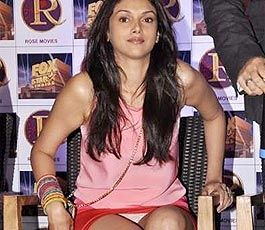 Bollywood Actress Aditi Rao Hydari suffered a wardrobe malfunction