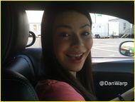 Fotos de Miranda Cosgrove conduciendo un auto