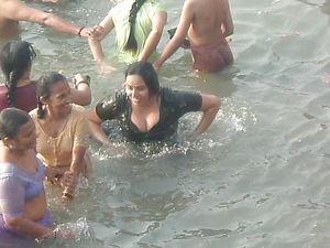 INDIAN GIRLS AND AUNTIES: RIVER BATHING