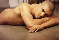 Max modelte f�r eine Schwulenzeitschrift nackt, als er noch bei