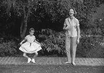Leslie Bogart juega con su madre, Lauren Bacall