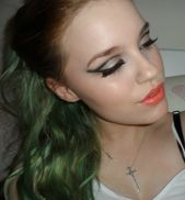 Dramatic cat eye cut crease with glitter, using Urban Decay Naked 2