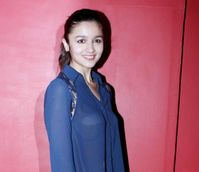 Alia Bhatt Bra is clearly visible !