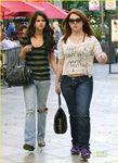 selenaporsiempre: Selena Gomez y Jennifer Stone disfrutan una tarde de