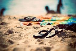 Sol, arena, calor, bikinis, helados, playa, piscina, cremitas