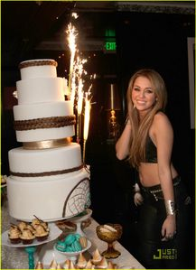 Miley Cyrus shows off her fire-crackin' cake as she celebrates her