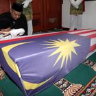 Media Serving - MH17: Gambar Sayu Anak Pramugari Menangis Depan Keranda Ibu