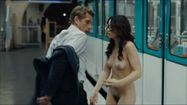 Sara Forestier, accidentally nude in public in Le Nom des Gens ( Names