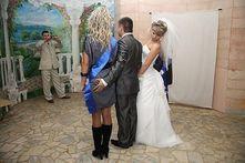 Der Brautjungfer einfach mal an den Hintern grabschen | think320