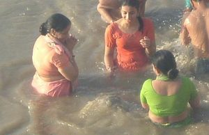 indian+girls+bathing+at+ganga+snan+river2 jpg
