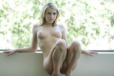 : Sexy Nude Model Lexi from USA Topless Boobs and Little Pussy Photo