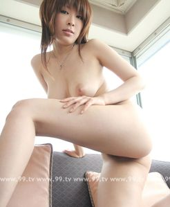 posing-on-sofa-vanilla-h-nude-showing-butts--japanese-girl-020303 jpg