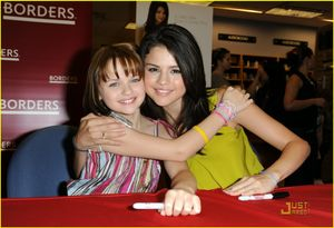 Selena Gómez y Joey King: Firma de autógrafos | High School