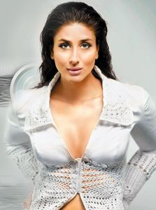 Kareena Kapoor hot cleavage show - Relationship Conundrums & Celebrity