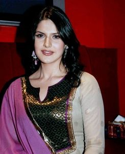 ACTRESS LOOK: ZARINE KHAN HOT IN SAREE