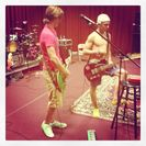 Ross Lynch y R5 ensayando