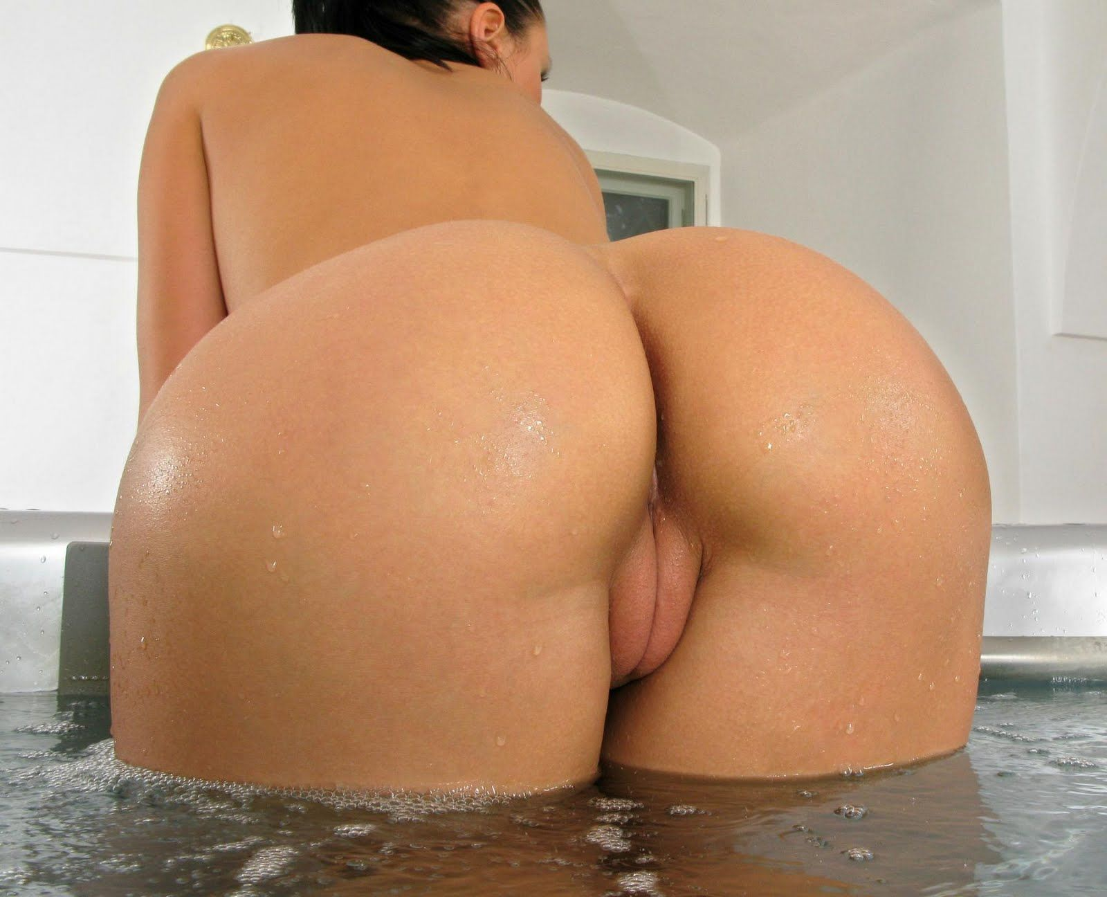 Huge Ass Milf Latina Shows Off In Doggy