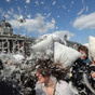 "[Gambar] Hari Lawan Bantal Sedunia ""World Pillow Fight Day"""