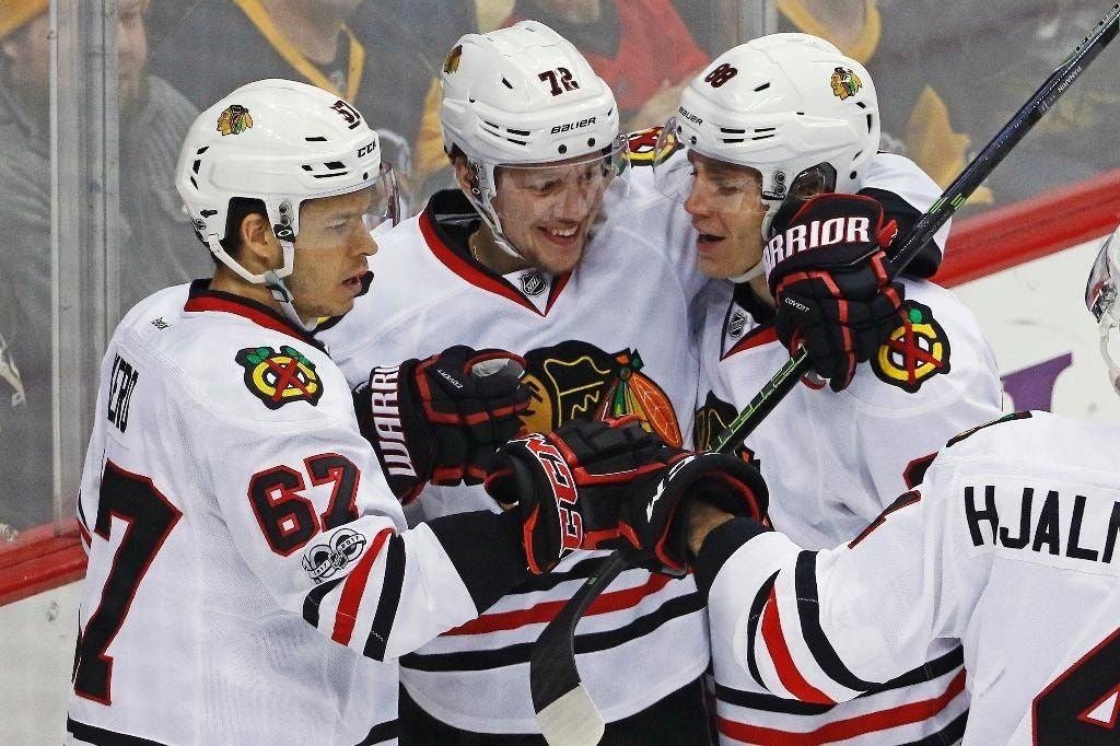 Blackhawks overwhelm short-handed Penguins 5-1