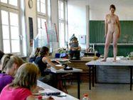 Sch�ler malen nackte Kunstdozentin