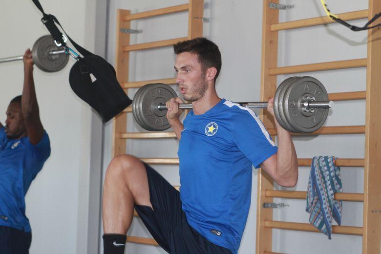 Γυμναστήριο, βάρη, ισορροπία και γήπεδο! (video)
