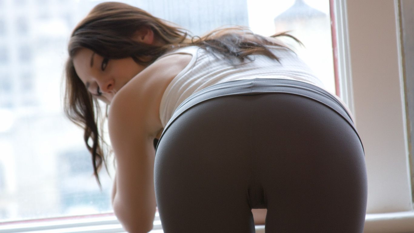 Big Cameltoe Teen In Yoga Pants Stretching A
