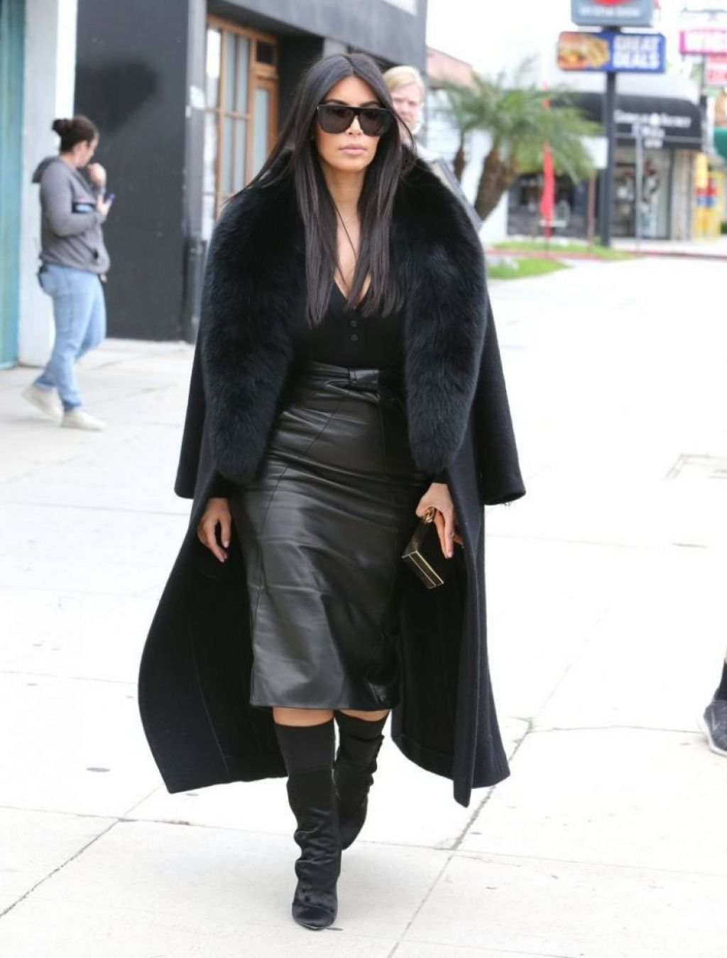 Kim Kardashian U2013 Arrives At A Sporting Store In Los Angeles