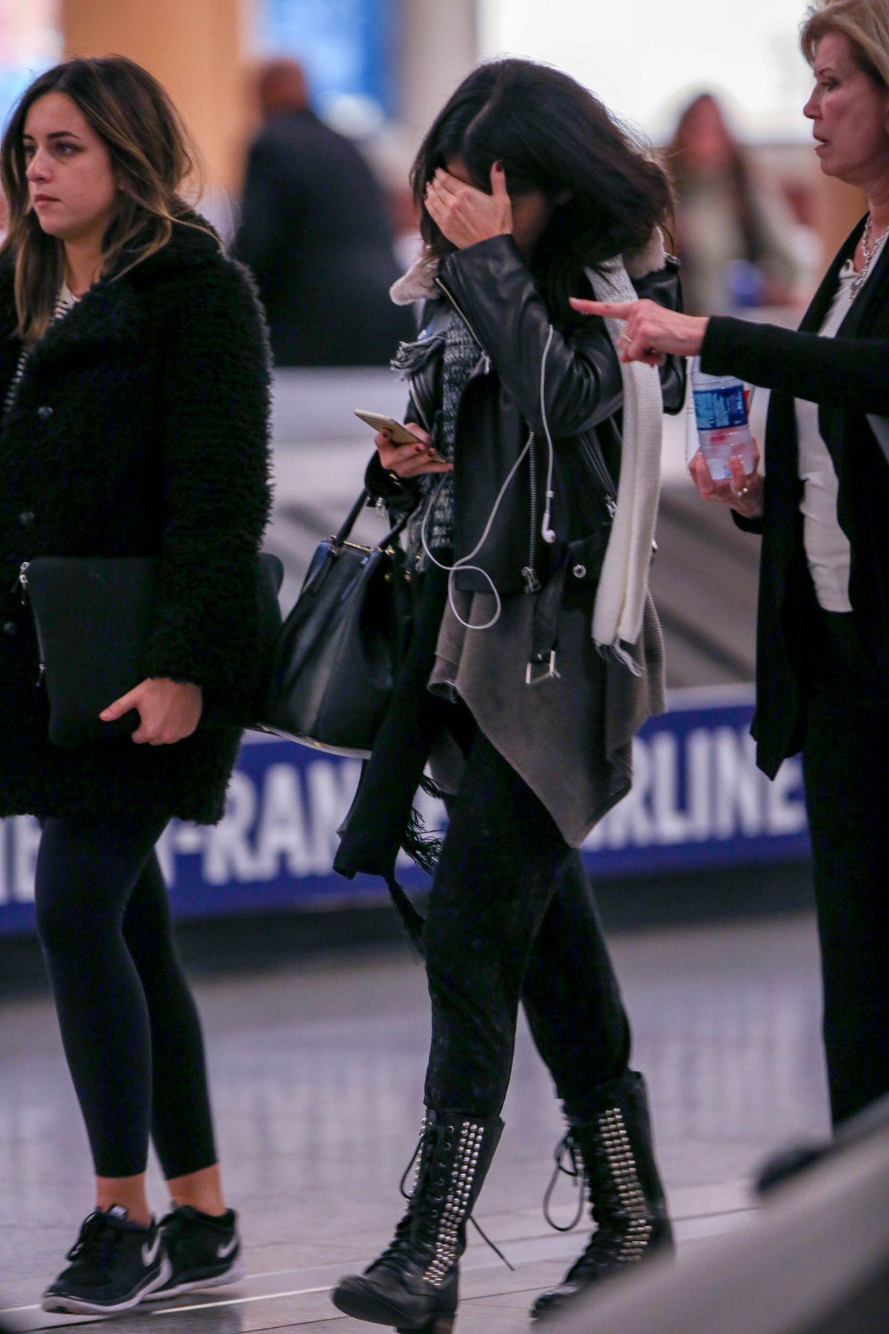 Selena Gomez At Hartsfield Jackson International Airport In Atlanta