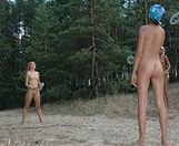 Junge Frauen beim Nacktsport