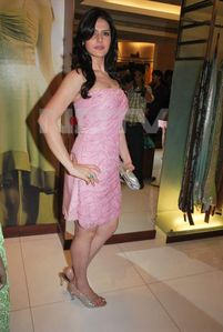 Thread: Hott Zarine Khan in Pink Tight Top Shows Cleavage