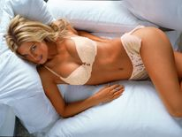 girllyinginbedwallpapers139751600x1200