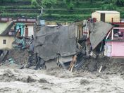 Slammed for Reporting Atop Flood Victim�s Shoulders � Global Voices