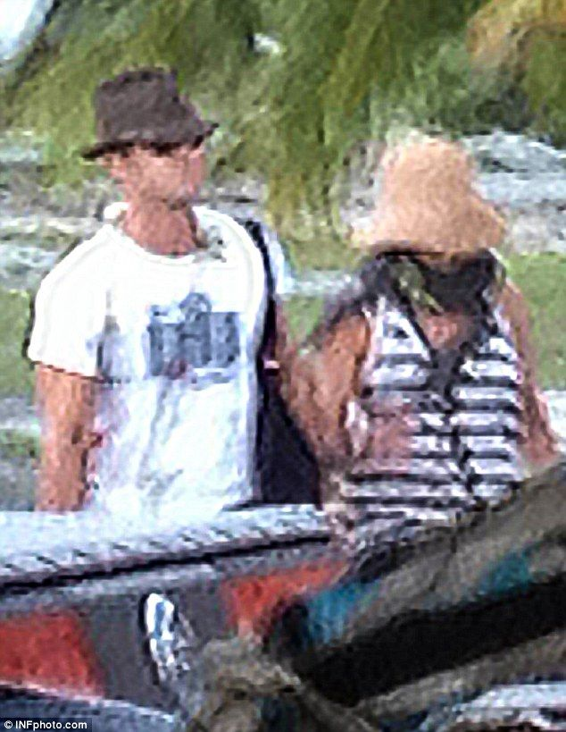 Jennifer Aniston Justin Theroux Jet Off For Honeymoon In Bora Bora With Friends