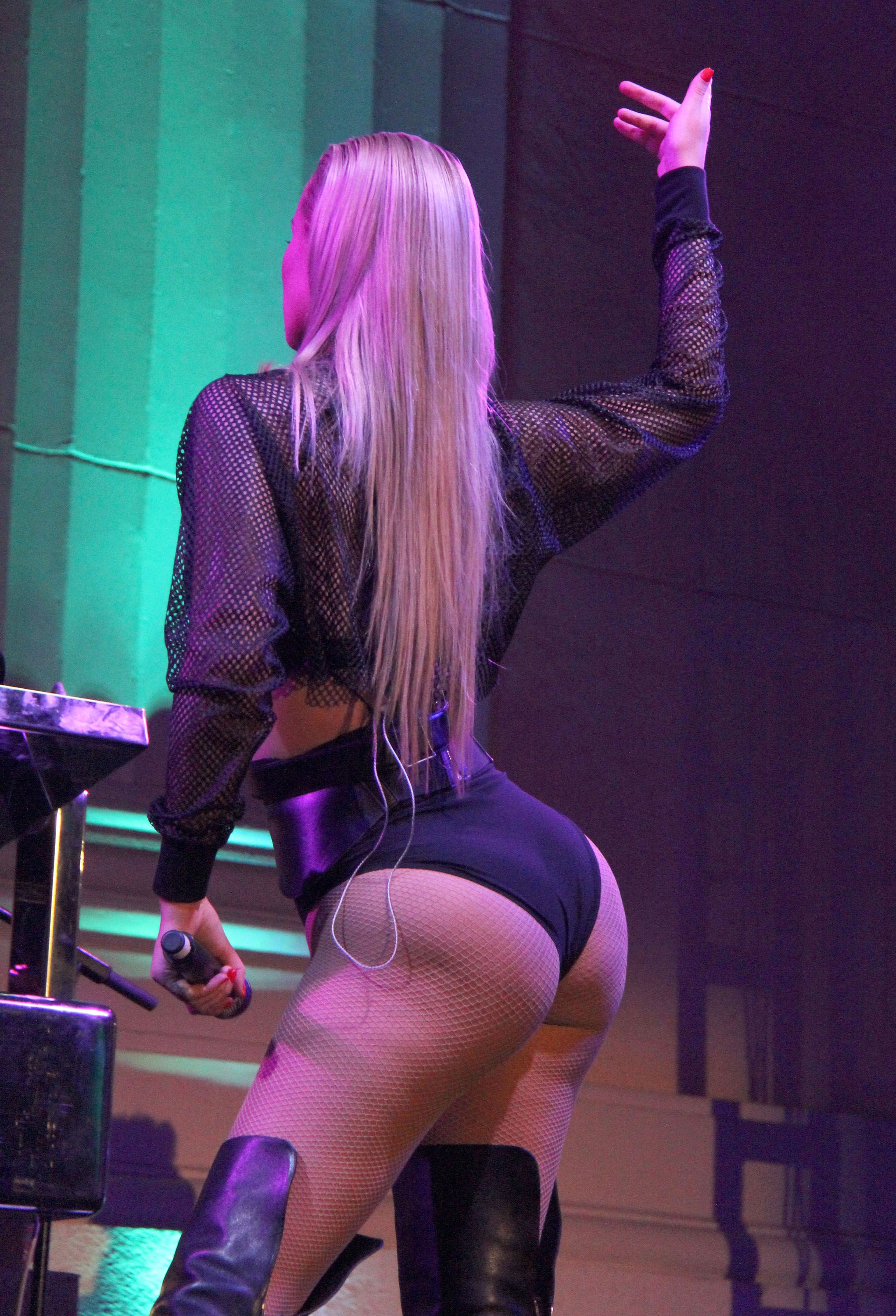 [Amateur Ass] Iggy Azalea's famous behind (x-post from r/OnStageGW)