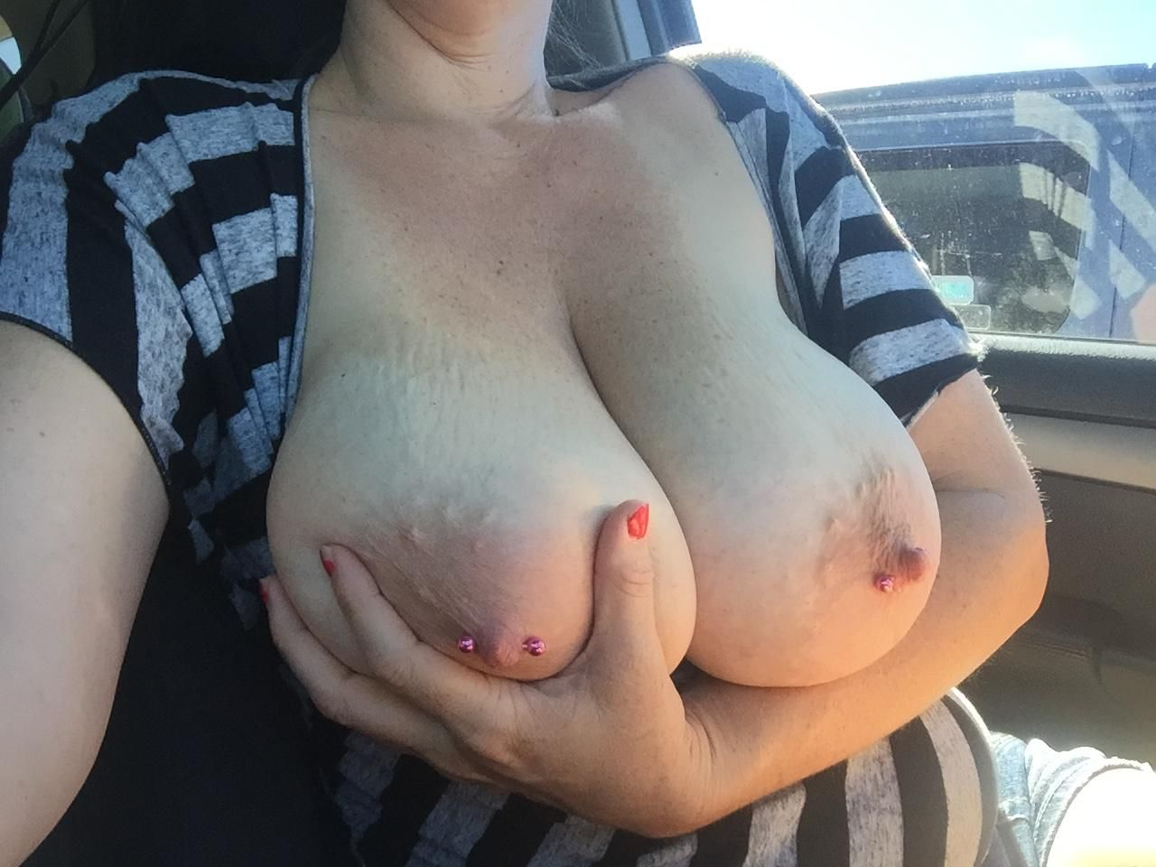 [Busty Amateurs] In the car!