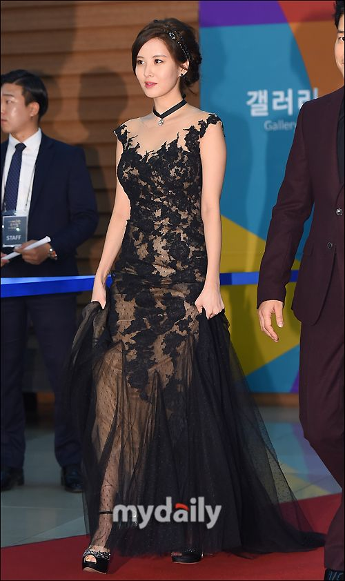 Seohyun at the 5th Yegreen Musical Award Red Carpet HOLY SHIT