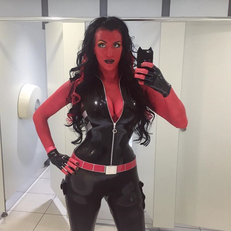 [Sexy Cosplay] Red She-Hulk by Lady Lucie Latex (x-post /r/latexcosplay)