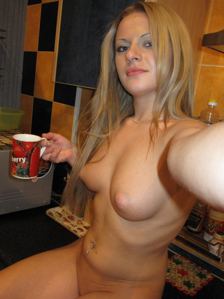 [Amateur MILF] Naked Coffee!