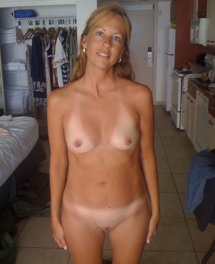 [Amateur MILF] She can't decide what to wear