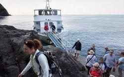 Visitantes chegam de barco a Vernazza. Foto: Dave Yoder/The New York
