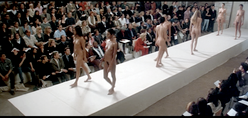 Modelo gr�vida desfila completamente nua na Semana de Moda de Londres
