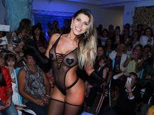 Ana Paula Minerato desfila de lingerie transparente
