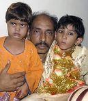 InzestKinder: Mohamad Waseem mit seinen Kindern in Polizeistation in