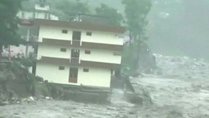 BBC News - India floods: Buildings washed away as 19 die