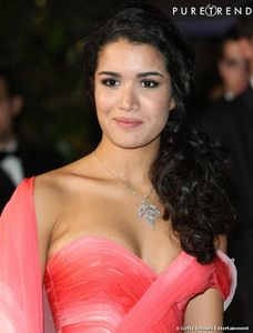 Sabrina Ouazani portait un collier en or blanc serti de diamants Dior