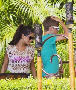 Justin Bieber & Selena Gomez lunching at Four Seasons hotel in Maui