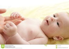 Bambino Biondo Nudo Che Gioca Le Mani Della Madre Fotografia Stock