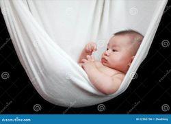 Bambino nudo che dorme in imbracatura bianca del Hammock, isolata su