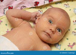Bambino Nudo Che Si Trova Nella Base Immagini Stock  Immagine